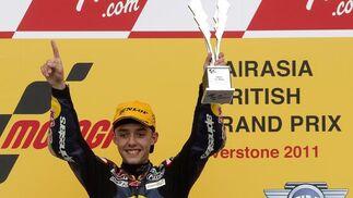 El piloto alemán de 125cc Jonas Folger, del equipo Red Bull Ajo MotorSport, celebra su victoria en Gran Premio de Gran Bretaña.  Foto: EFE
