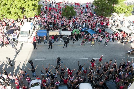 Los aficionados del Granada reciben al equipo.