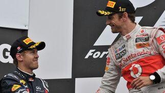 Jenson Button saluda a Sebastian Vettel, segundo en Canadá.  Foto: AFP Photo