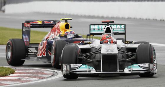 Michael Schumacher, perseguido por Mark Webber.  Foto: Reuters