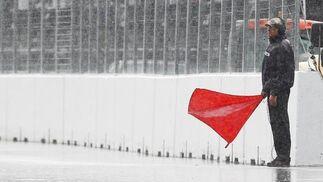 La bandera roja que detuvo la carrera durante más de dos horas.  Foto: Reuters