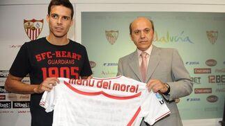 Del Nido y Manu del Moral, con el dorsal del jugador.  Foto: Antonio Pizarro