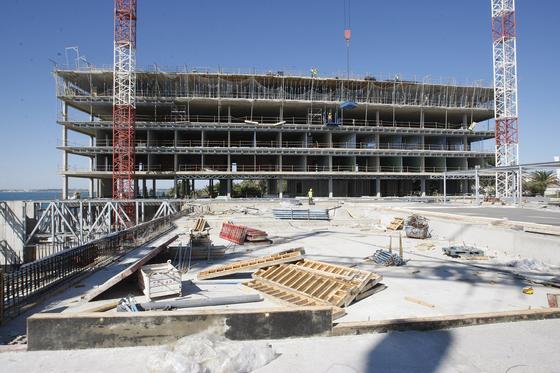 El presidente de Paradores comprueba el estado de los trabajos en el Hotel Atlántico.   Foto: Jose Braza