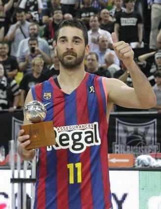 Juan Carlos Navarro, con el trofeo al mejor jugador de la final.  Foto: EFE