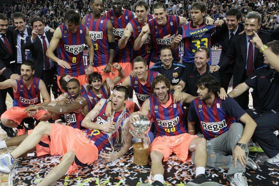 Los jugadores del Barça, con el trofeo de campeón de la ACB.  Foto: EFE