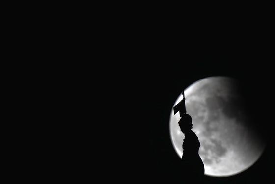 El Giraldillo con la luna al fondo.  Foto: Antonio Pizarro