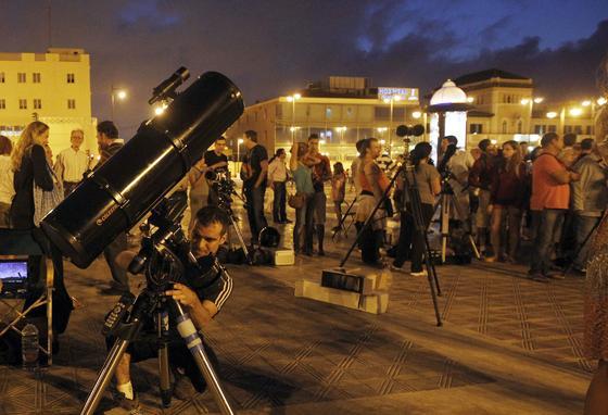 En la playa de la Malvarrosa (Valencia) se concentraron muchos aficionados.  Foto: Agencias