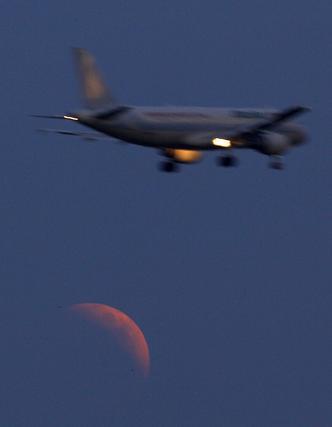 Un avión sobrevuela Roma.  Foto: Agencias