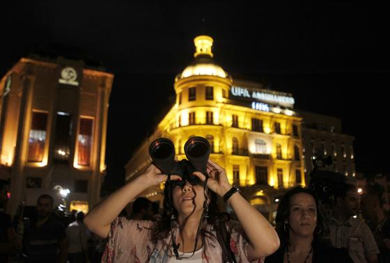 En la capital libanesa (Beirut) la gente tuvo interés por seguir el eclipse.  Foto: Agencais