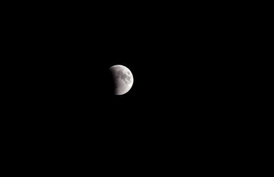La conflictiva región de Cachemira (en dsiputa por apkistaníes e indios) también contempló este eclipse.  Foto: Agencias