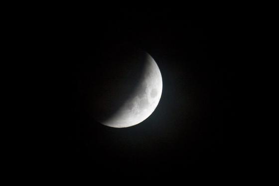 La luna, oscureciendo en China.  Foto: Agencias
