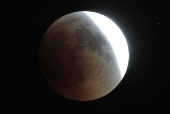 La luna vista en Doha (Catar).  Foto: Agencias
