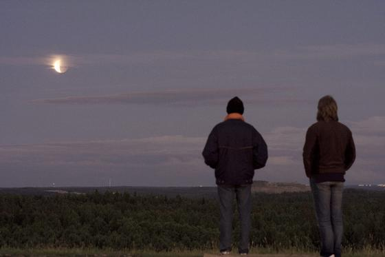 Dos personas siguen el eclipse en Suecia.  Foto: Agencias