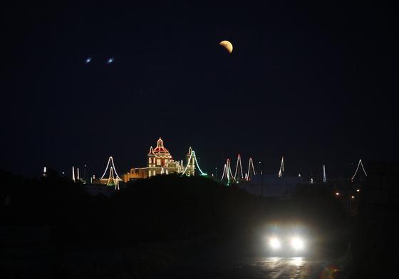 La luna vista en el paisaje de Zetjun, Malta.  Foto: Agencias