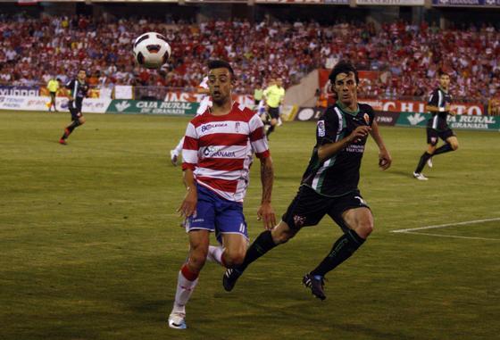Dani Benítez trata de controlar un balón.
