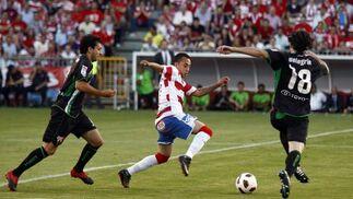 Orellana trata de llevarse un balón en el área contraria.