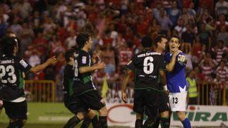 Los jugadores del Elche felicitan al Jaime tras dos penaltis.