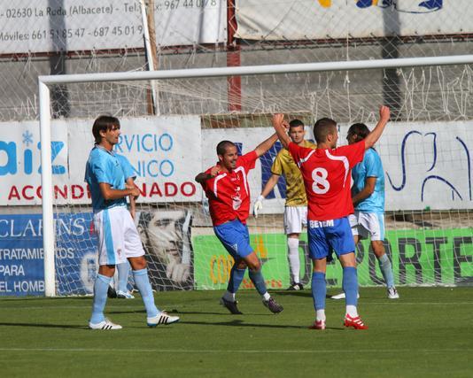 Los fallos defensivos castigan al San Fernando, que cae goleado en La Roda por 3-0.   Foto: LOF