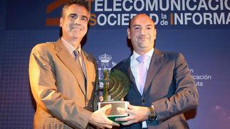 Carlos Bordóns, director gerente de AICIA, entrega el premio a Antonio Tejada, CEO de Nostracom Telecomunicaciones, a la Innovación Empresarial.