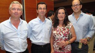 Alberto Ybarra, Marcelo Maestre León, Ada Bernal (Cruzcampo) y el pintor Beltrán Román León.  Foto: Victoria Ramírez