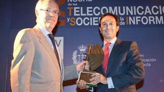 Juan María González, secretario general de Innovación y SI, recoge el premio a la Excelencia Empresarial otorgado a la Junta de Andalucía de manos de Eugenio Fontán, decano del COIT.