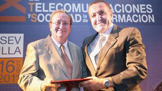 Isidoro Martín de la Rosa, vicepresidente de Asitano, entrega el premio a la labor humanitaria al representante de Andex.