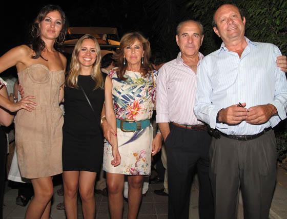 Mercedes Muñoz (Miss Sevilla 1999) y Reyes Muñoz, Amparo Álvarez, José Emiliano Romero Cabot y Ernesto Muñoz.  Foto: Victoria Ramírez
