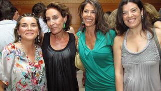 La diseñadora de moda flamenca Delia Núñez Pol (Pol Núñez), Ana Molina, Myriam Borrero y Rosa Salas.  Foto: Victoria Ramírez
