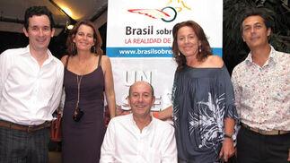 Nono del Barco, los hermanos Mónica, Quique (presidente de 'Brasil Sobre Ruedas') y Lorena Gutiérrez, con Wito Ferraro, organizadores del evento benéfico.   Foto: Victoria Ramírez