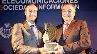 Manuel Jesús de Tellechea, presidente de Asitano y decano del Coitaoc, entrega el premio al Ingeniero del Año a Francisco I. Vicente.