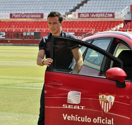 Presentación del que fue el primer refuerzo del Sevilla, el centrocampista alemán Trochowski.  Foto: Manuel Gómez