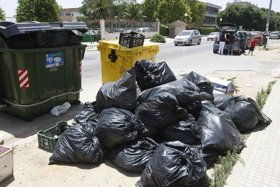 Bolsas de basuras frente en la Avenida Marianistas, frente al colegio de de Ntra. Sra. del Pilar y el colegio Hijas de San José  Foto: Juan Carlos Toro