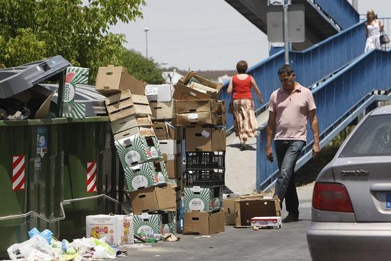 Los trabajadores de Urbaser garantizaron la retirada de basuras del hospital de Jerez, de los centros sanitarios, de los mercados y de los centros educativos de la ciudad.   Foto: Juan Carlos Toro