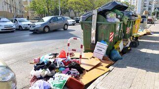 La basura no cabe en los contenedores, en la barriada de La Vid  Foto: Juan Carlos Toro
