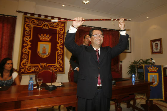 Antonio Peña levanta el bastón de mando tras ser proclamado alcalde.   Foto: Borja Benjumeda