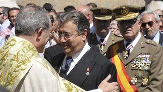 Zoido charla con el arzobispo Asenjo.  Foto: Juan Carlos Vazquez