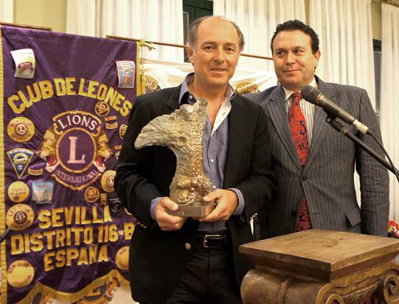 José Manuel Soto, con el premio, una escultura de Antonino Parrilla, junto al empresario Juan Pérez Garramiola, propietario de la firma 'Horse Time' y presidente del Club de Leones de Sevilla.  Foto: Victoria Ramírez