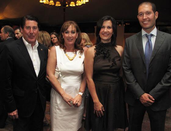 El empresario y 'león' Miguel Gallego y su esposa, Rosa García Alonso, con Noemi Fuentes y Daniel Durán, de Fundación Gerón.  Foto: Victoria Ramírez