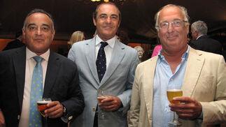 José Herrera Naranjo, José Luis González Hoyos y Javier Gonzalo, presidente de Detea, y 'león'.  Foto: Victoria Ramírez