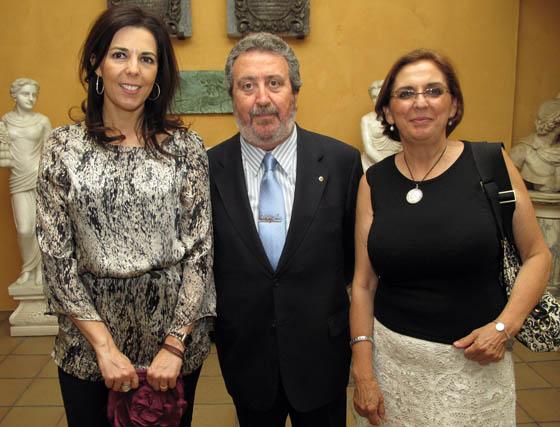 María Ángeles Maisanaba y Manuela Martínez (vicepresidenta) de Autismo Sevilla, con Manuel Mojarro (Club de Leones de Sevilla).  Foto: Victoria Ramírez