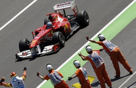 Felicitaciones a Fernando Alonso.  Foto: EFE