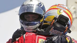 Fernando Alonso y Sebastian Vettel se saludan tras la carrera.  Foto: EFE