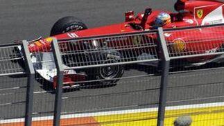 Fernando Alonso saluda a los aficionados.  Foto: EFE