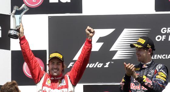 Fernando Alonso y Sebastian Vettel, en el podio del Gran Premio de Europa.  Foto: Reuters