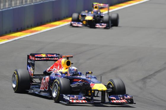 Sebastian Vettel, seguido por Mark Webber.  Foto: AFP Photo