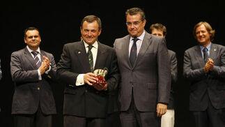 El alcalde entregó a José Antonio González, presidente del CRAP, la placa de honor por el 40º aniversario del club  Foto: Fito Carreto