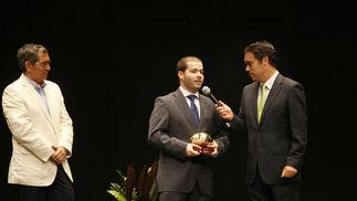 Rafael Navas (d), presentador de la Gala, entrevistando durante la misma al representante del Costa Almería, club premiado por haber realizado la mejor campaña de divulgación del Rugby Tag en los colegios  Foto: Fito Carreto