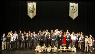 Todos los galardonados posaron juntos en el escenario del Teatro Muñoz Seca al final de la Gala con unos niños de la Escuela del CRAP  Foto: Fito Carreto