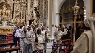 Las monjas de San Leandro danzan ante el Santísimo.  Foto: Antonio Pizarro