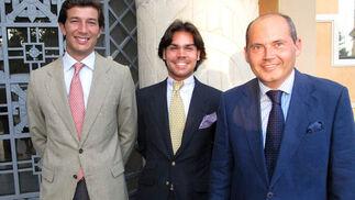 Antonio Bilbao Pedrós y Jesús Barea Contreras, abogados graduados en Práctica Jurídica, con Luis Romero, profesor de Icide.  Foto: Victoria Ramírez